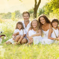 Familie mit Hund auf Wiese