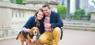 Paar mit Hund in Stadt